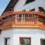 Balkon ozdobený truhlíky s květinami, zdroj: www.vladeko.cz
